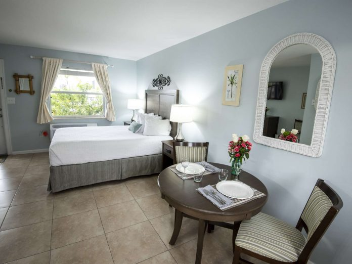 Marco Island Lakeside Inn Poolside Studio dining and bed front door