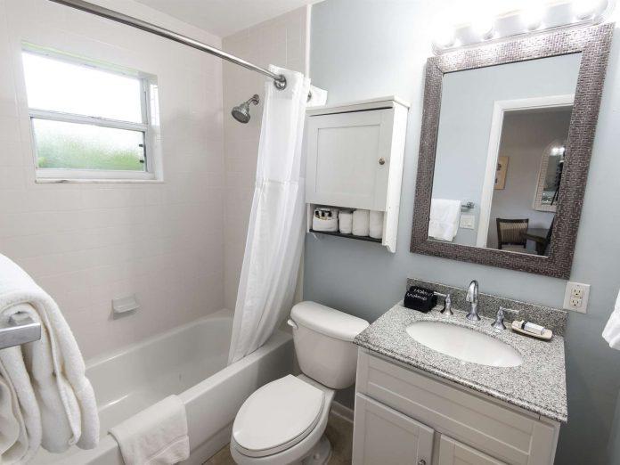 Marco Island Lakeside Inn Poolside Studio full bathroom